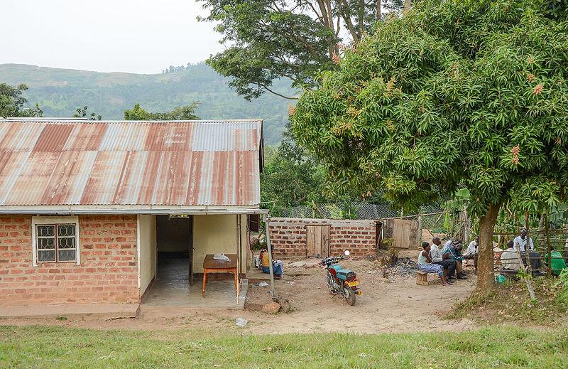 Mbazzi Wikipediacenter är inrymt i ett litet hus i de centrala delarna av byn. Foto: Dan Frendin. CC BY-SA.