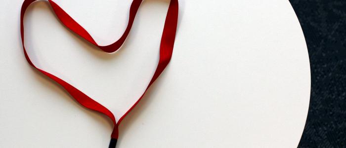 Ett rött nyckelband, a red lanyard