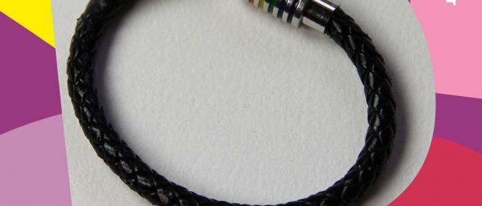 Armband med på vit bakgrund med färgmönster omkring