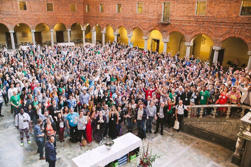 Gruppfoto från Blå hallen i Stadshuset, Stockholm, med deltagare på Wikimania.